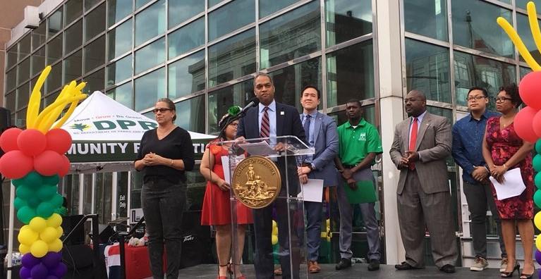 El Concejal Todd apoya a la comunidad de inmigrantes de DC en la Celebración del Mes de la Herencia del Inmigrantes del 5 de junio de 2018 frente al Centro Reeves. Foto cortesía de la oficina del Concejal Todd.
