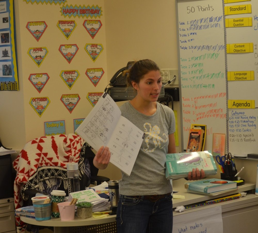 Amanda Cataneo explains a lesson to her students during a first period class at Powell Elementary (photo: Jim Arvantes).