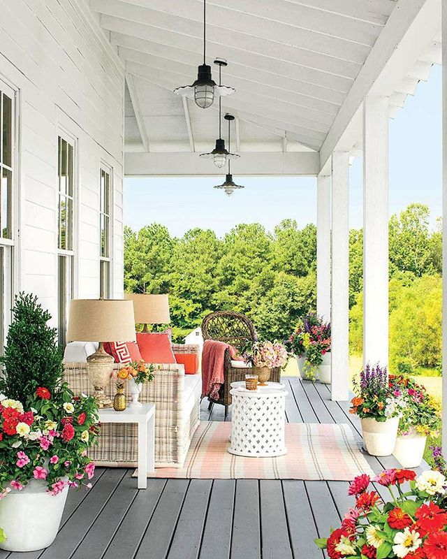 It may still be winter but we are ready for some good old porch living! ☀️🌺 We are talking about getting back to basics and incorporating vintage into your home decor, click the link for tips! | Image via @southernlivingmag