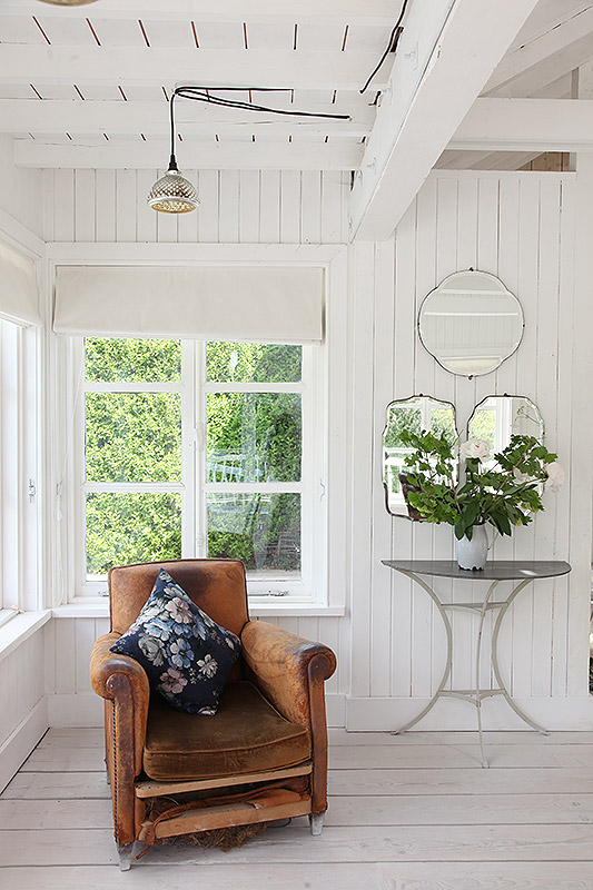 worn-in-leather-chair-shiplap