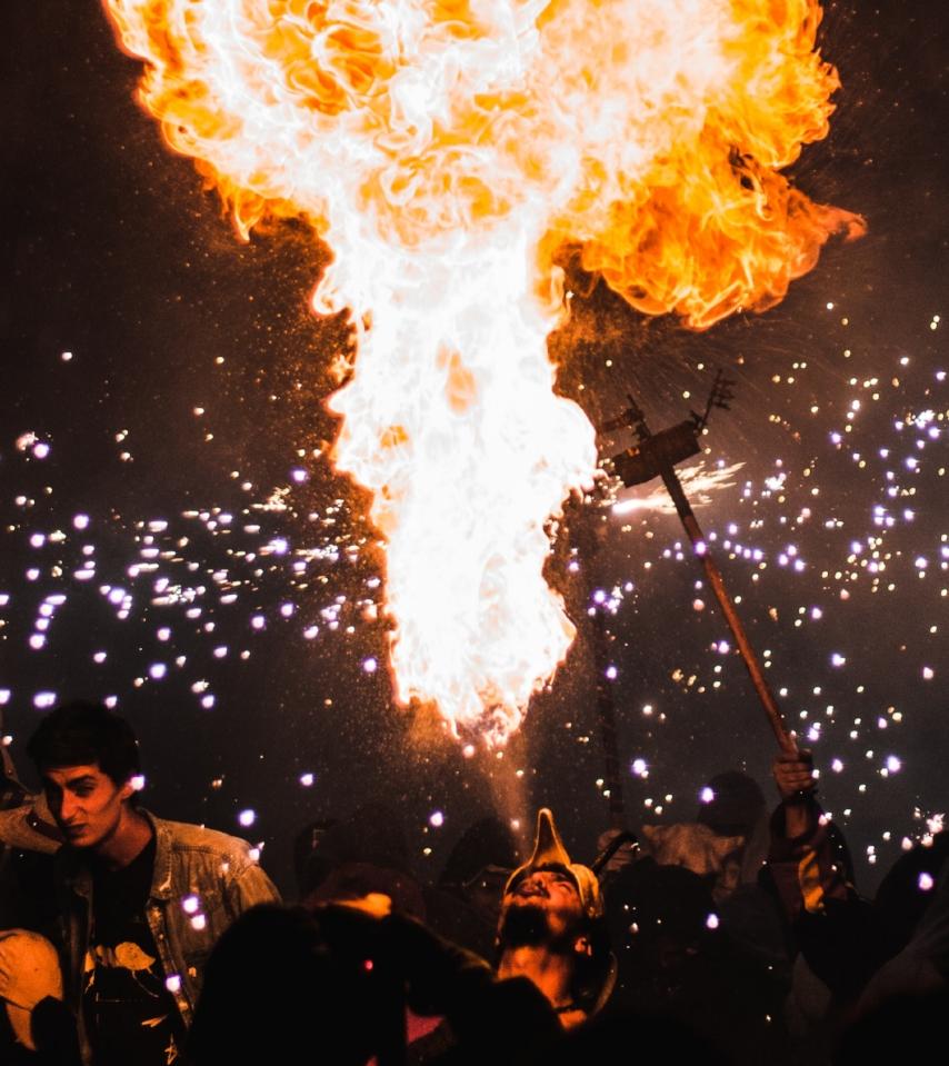 Nutz' die feurige Energie, um deine inneren Dämonen zu verbrennen...                  Bild von Sergi Viladesau / Unsplash