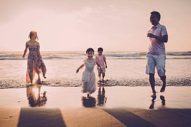 Mandy's gorgeous little family chasing waves . I love freeing up family photos #organicfamily #naturalfamily #funfamilyphotos #beachphotography #beautifulsunset #aucklandphotography #northlandphotography