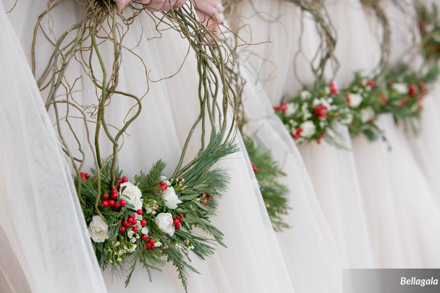 These stunning wreath bouquets may be my favorite detail!