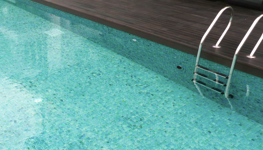Ocean Series Offshore is one of our most popular swimming pool mosaics. Its watery tones work perfectly with submerged applications. The mosaic is offered in matte or gloss 25x25mm and 35x35mm in natural or bevelled edge. Photo shows  Mistral  35x35mm matte.