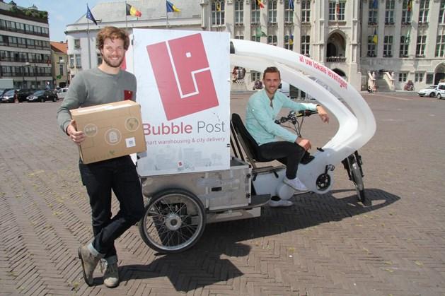 Benjamin Rieder en Yan Ketelers gebruiken cargofietsen om hun pakjes af te leveren, onder andere in Sint-Niklaas. - Foto JVS
