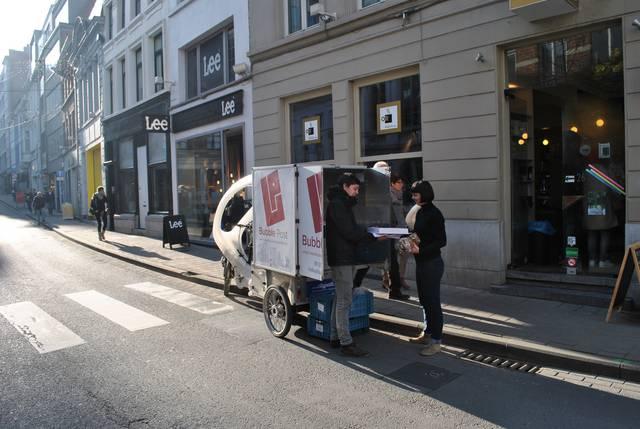 Bubble Post levert al langer pakjes in Gent, bijvoorbeeld aan koffiebar Or. Ook in Oostende zou het bedrijf leveren aan horeca- en handelzaken. - Foto Kos