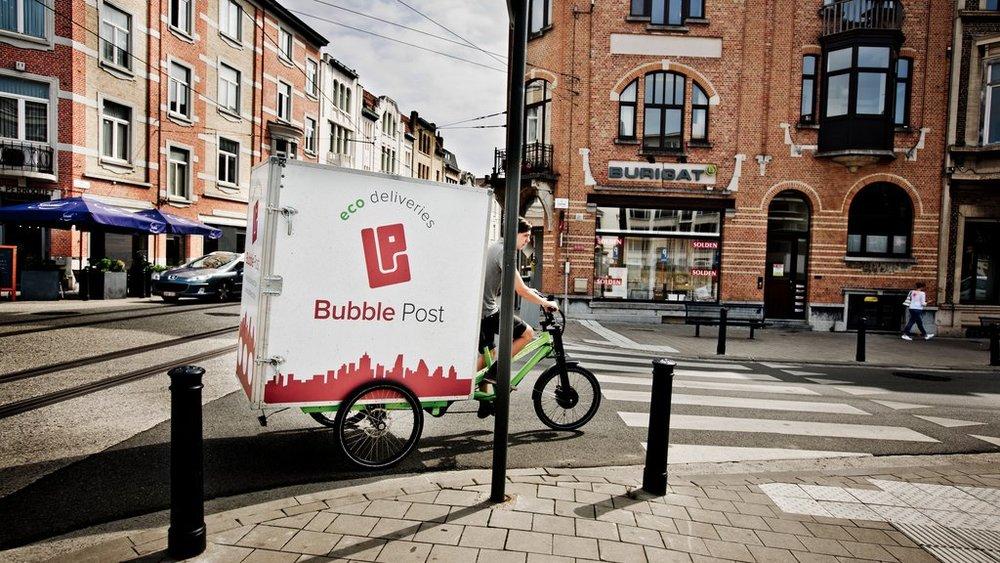 Eén van de koeriers van Bubble Post in Gent. © Emy Elleboog
