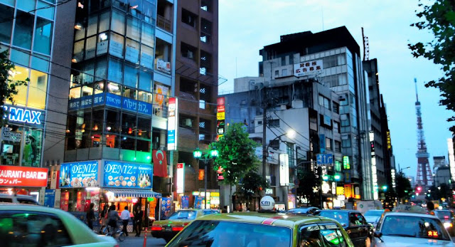 A late evening in Roppongi - you can also see the Tokyo Tower (similar to Eiffel Tower) on the right.