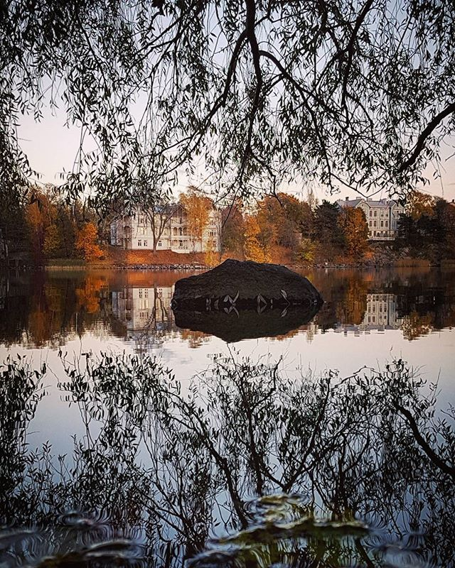 Sunny autumn days 😍🍁🍂 My autumn weeks can be quite hectic but I never get too busy to go outdoors & appreciate this beautiful season! • • #Helsinki #myHelsinki #Töölönlahti #Finland #visitFinland #nature #cityscapes #reflection #autumn #fall #seasonschange #ruska #syksy
