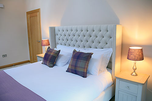 lily-rose-cottage-self-catering-super-king-sized-bed-broadway-worcestershire-cotswolds-england-uk.jpg