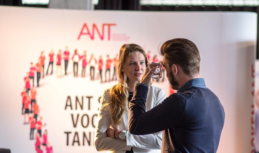 Voorafgaand aan de mini-workshops zijn Anne Vroege (VvAA) en Niels van der Schee (Matrix Dental) voor de stand van de ANT druk aan het brainstormen over hoe ze de deelnemers straks het beste over hun diensten kunnen voorlichten.