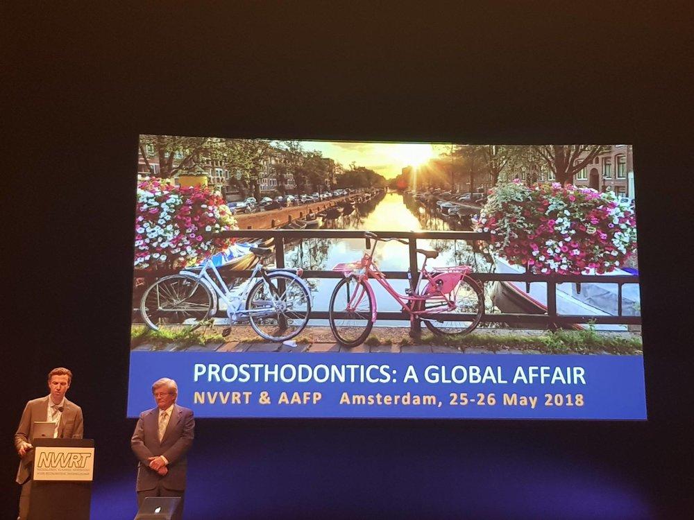 NVVRT-voorzitter Joris Peeters (links) en moderator prof. dr. Martin Land (USA) op het podium