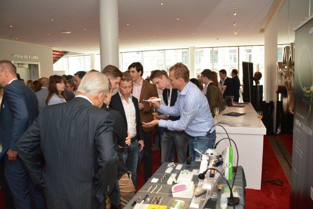 Jeroen Rijken (Coltene) demonstreert de revolutionaire HyFlex endovijl tegenover een geïnteresseerd gemengd publiek