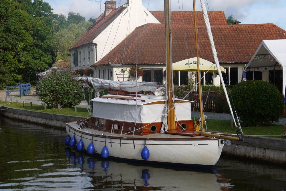 Mooring-outside-the=-pleasureboat-inn-hickling