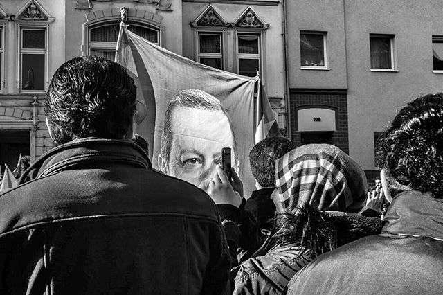 On with the story. Because the DITIB  had posted an invitation to the general public and was expecting 25.000 people to attend Erdogans inauguration of Colognes central mosque without a proper concept and safety arrangements for such a large crowd, city and police officials had to cancel the planned rally and close down a security area around the mosque. As expected, this didn't stop roughly 20.000 of Erdogans supporters who came from all over the Country from gathering.