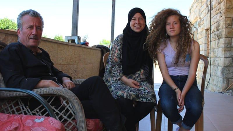 Fra venstre: Bassem Tamimi, Nariman Tamimi og Ahed Tamimi