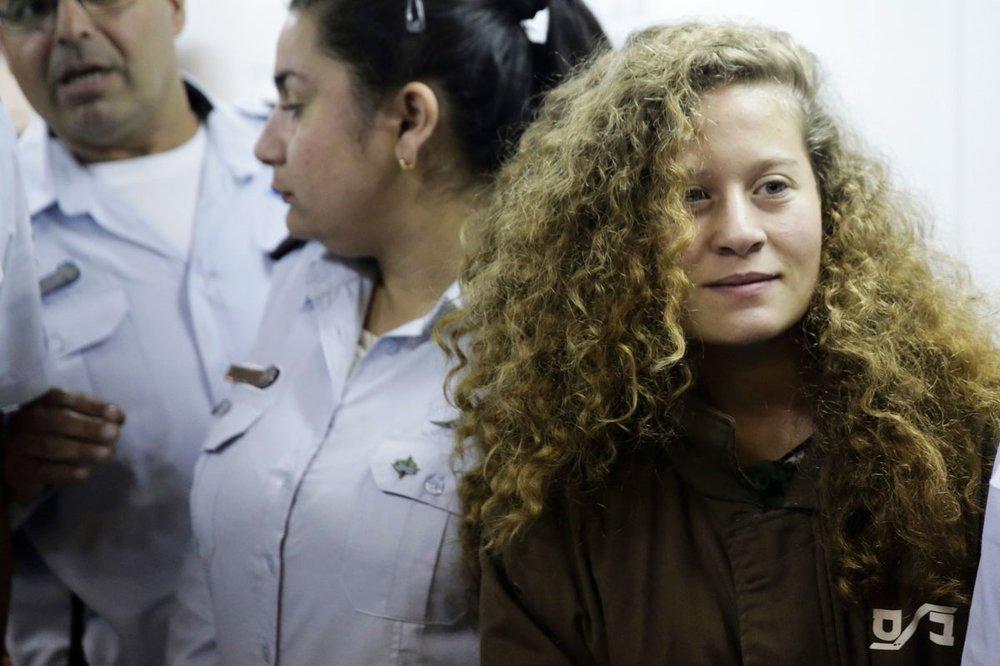 En israelsk militærdomstol har tatt ut en omfattende siktelse mot 16-åringen Ahed Tamimi, som er i ferd med å bli et ikon i palestinernes kamp mot okkupasjon.