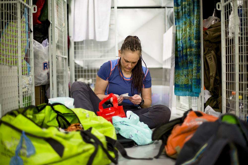 PAKKING: Mens Vibeke pakker det hun trenger til Nepal, benytter hun sjansen til å rydde i sakene som er lagret i burene. Etter et halvt år ute, henges teltet opp for tørk. Det er uvisst hvor lenge det er til neste gang det kommer opp.