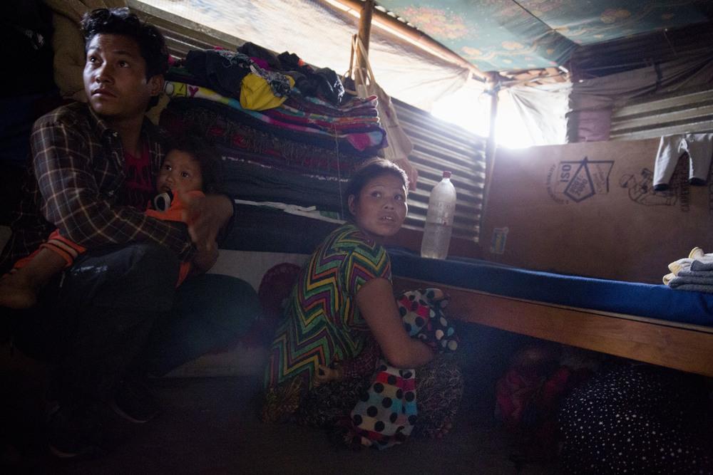 TRAUME:  Avinash og Doji Tamang passer på de to barna sine mens vinden bråker i bølgeblikket. Kalpana Tamang har gjemt seg under senga med sitt to år gamle barn.