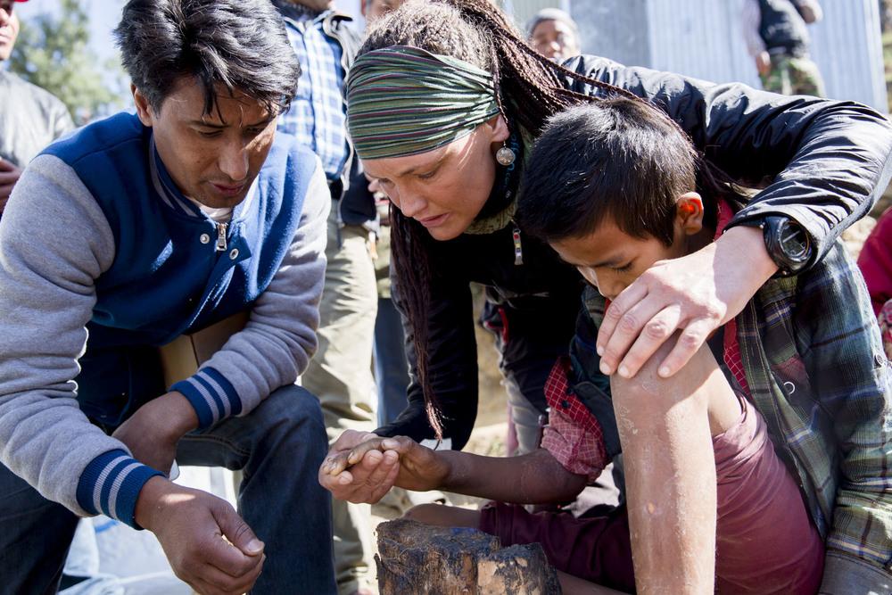 SONAM:  Vibeke undersøker den 12 år gamle gutten Sonam. Han ble skadet under jordskjelvet og har kraftige infeksjoner høyre arm og venstre ben.