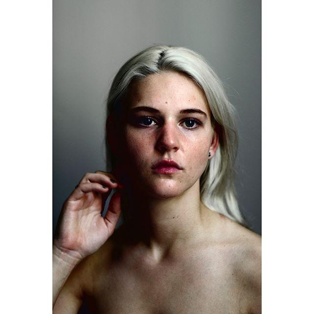 »Ingen skal stå alene med oplevelsen af en voldtægt. Det er ikke ens eget ansvar, det er vores alle sammens ansvar«, siger Louise Gammelgaard (21 år). I 2016 blev hun gruppevoldtaget på Roskilde Festival, og sidste år fortalte hun sin historie anonymt til Politikens serie 'Roskilde uden samtykke'. Nu står hun frem for at bryde tabuerne.  Læs hele Louise sin historie i denne weekendens utgave af @politiken #onassignment #photojournalism