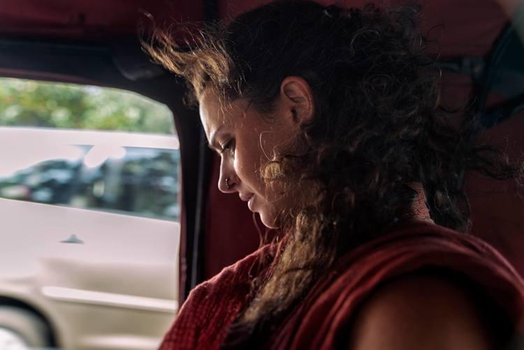 """Mariette a reçu l'enseignement d'Éric Baret qu'elle suit depuis une dizaine d'années. Guidée par cette orientation, elle effectue une recherche intitulée """"Le Yoga Cachemirien,Entre Tradition et Modernité » publiée sous forme de mémoire de maitrise par l'Université de Montréal en 2013. De 2012 à 2015, elle travaille avec Éric Baret à la production de «Corps de Vibration», qui paraît en novembre 2015 aux éditions Almora et traite du travail technique du shivaïsme cachemirien. Elle travaille actuellement sur une collection d'essais traitant de divers thèmes relatifs à la métaphysique, les tantras et la culture indienne."""