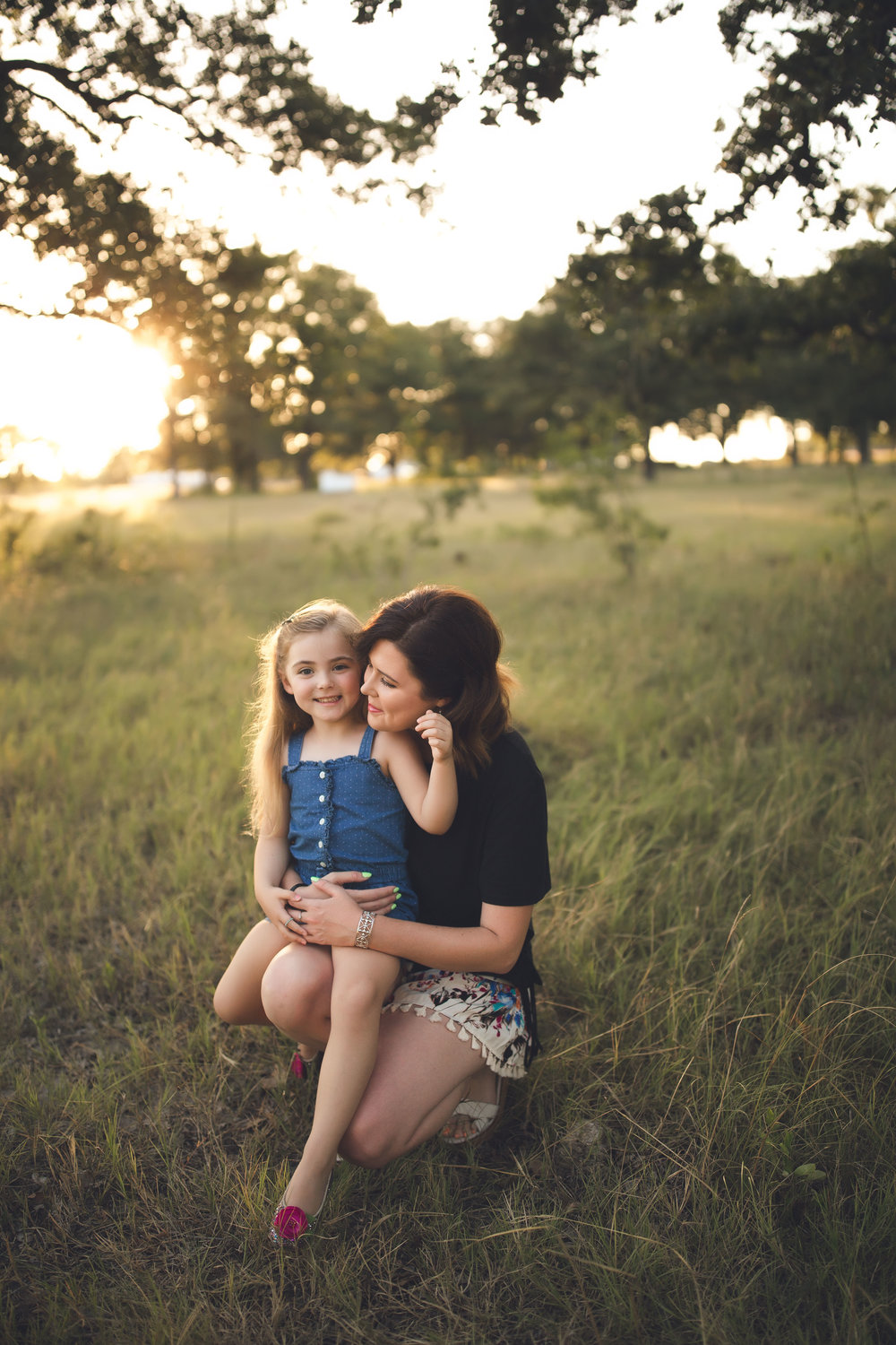 shelby-schiller-photography-family-daughter-on-mothers-lap-at-sunset