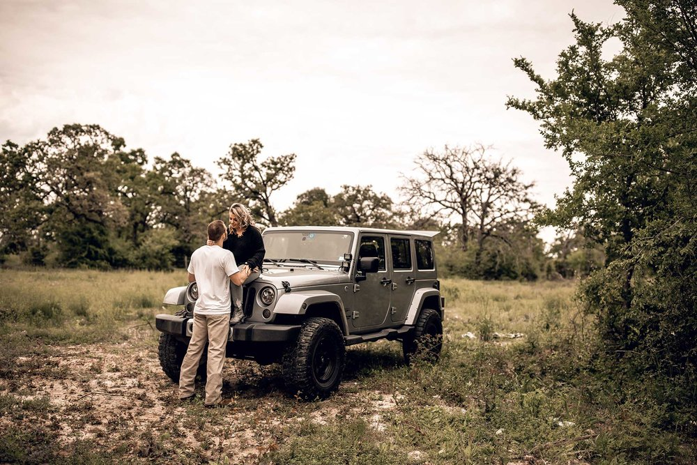 shelby-schiller-photography-lifestyle-couples-remi-colt-outdoor-jeep-adventure-1.jpg