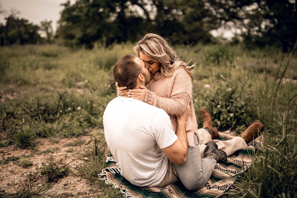 shelby-schiller-photography-lifestyle-couples-remi-colt-outdoor-jeep-adventure-41.jpg