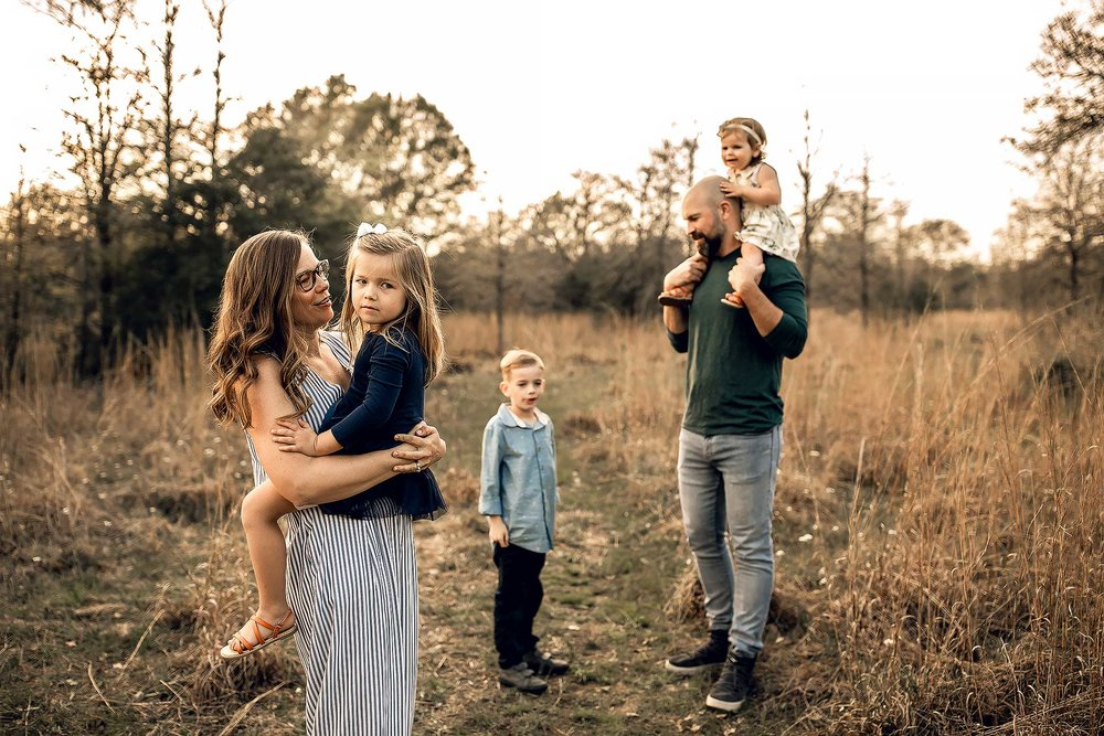 shelby-schiller-photography-lifestyle-family-session-with-3-kids-spring-2019-green-blue-yellow-college-station-8.jpg
