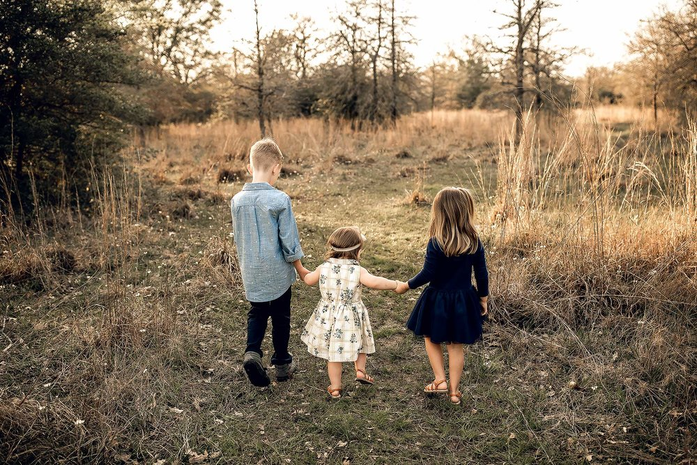 shelby-schiller-photography-lifestyle-family-session-with-3-kids-spring-2019-green-blue-yellow-college-station-16.jpg