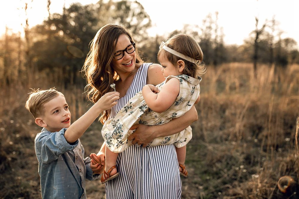 shelby-schiller-photography-lifestyle-family-session-with-3-kids-spring-2019-green-blue-yellow-college-station-22.jpg