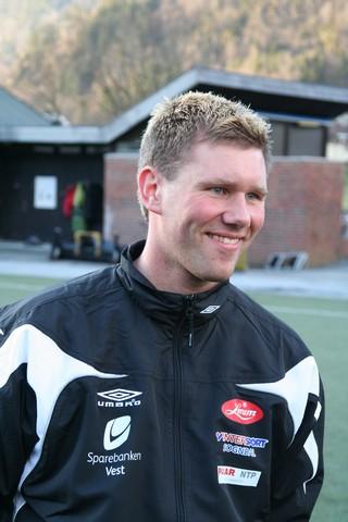 Som yngste mann av Skjeldestadbrørne ville Jørn prøve noko nytt - han vart midtstoppar. Har spelafor Kaupanger nesten heile livet, men avslutta karrieren i Årdal FK.