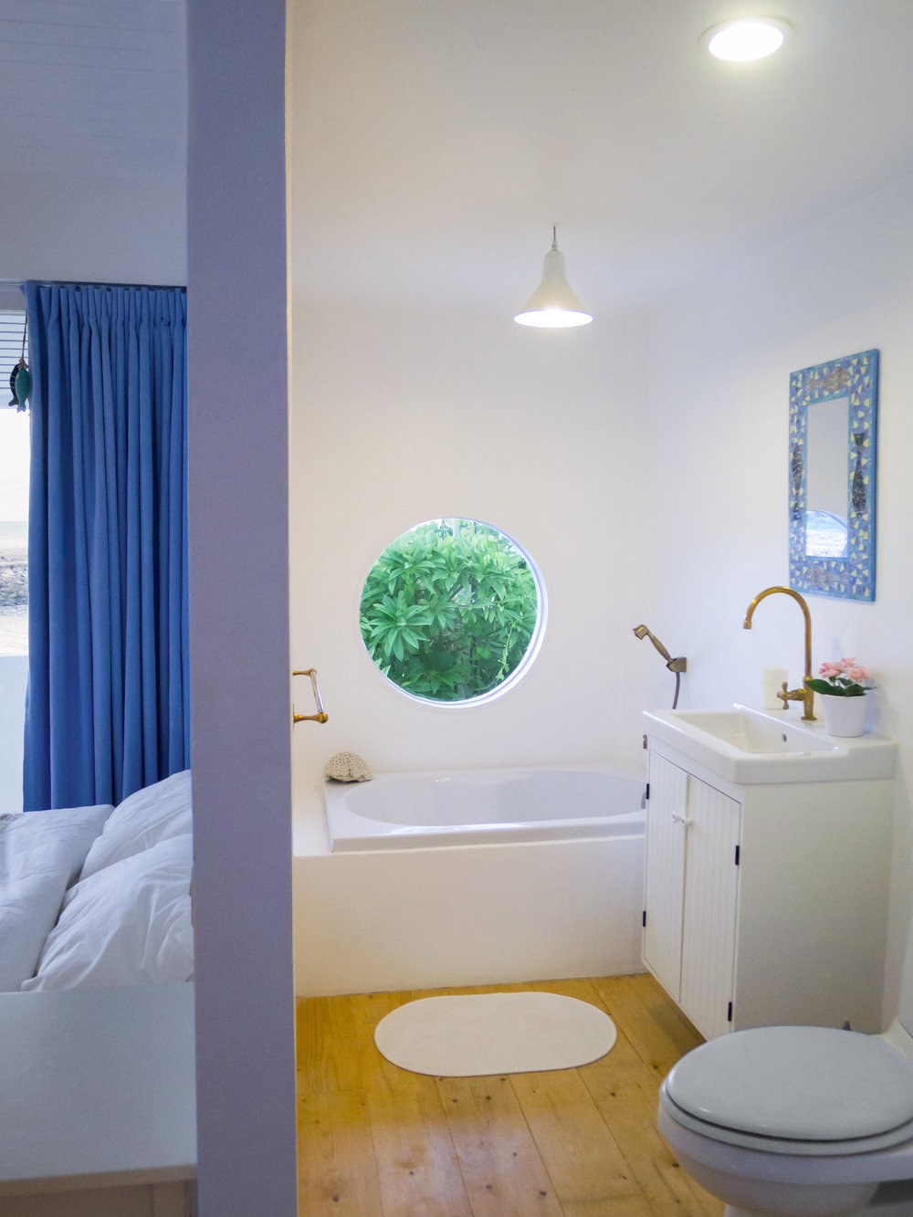 Master Bathroom with circular window