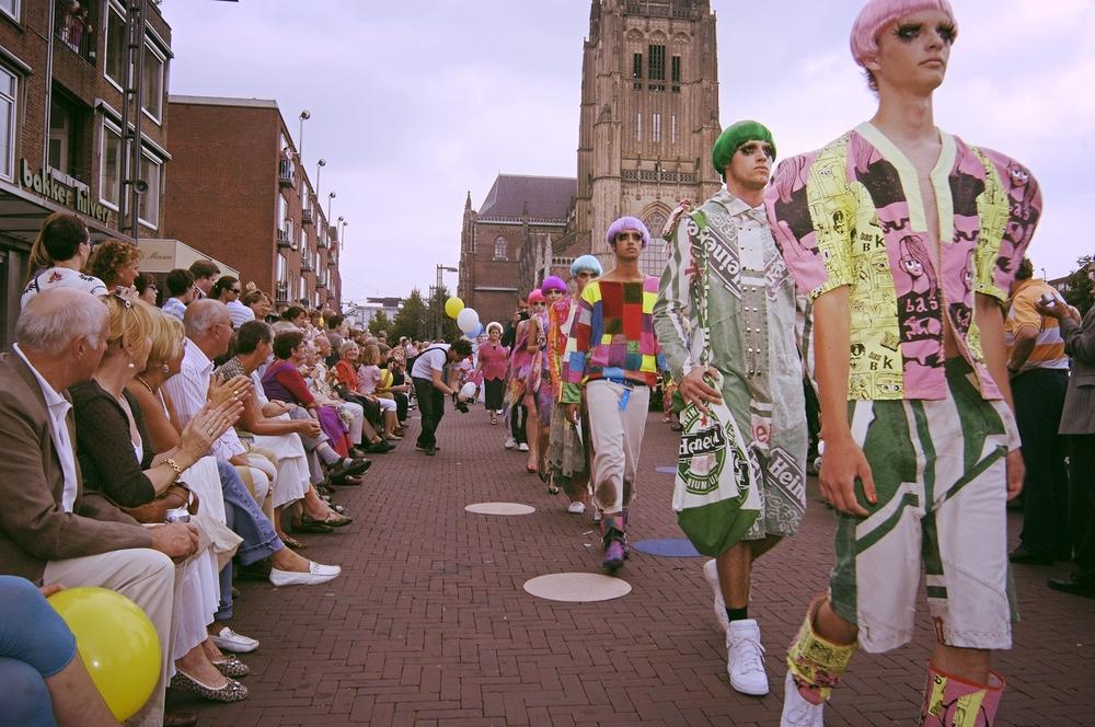 de langste catwalk : arnhem mode biennale 2007.jpg