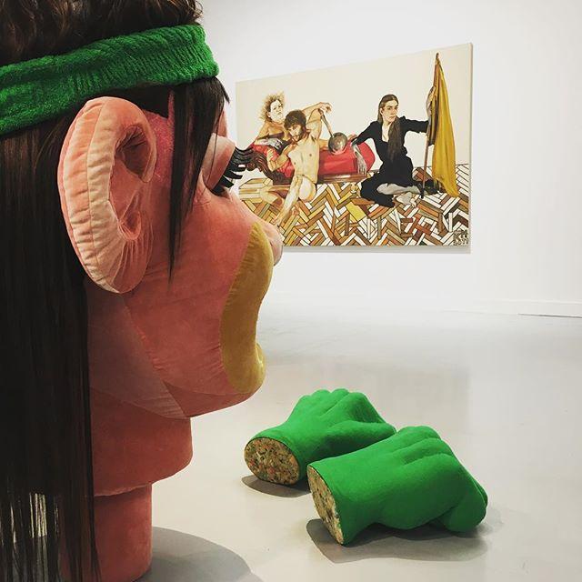 Laatste dag: SHOW ME YOURS & I'LL SHOW YOU MINE. Prachtige tentoonstelling waarin de werelden van de Antwerpse jonge kunstenaars Vaast Colsen en Kati Heck op een bijzondere manier bij elkaar komen. Op de foto werk van Kati #antwerpen #artoftheday #installation #showmeyours #muhka #art #vaastcolson #katiheck