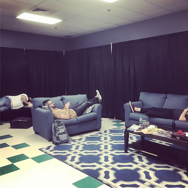 Sleepy green room hangs 😴😴😴 . . . #tourlyfe #upliftfest #productionteam #indiesound #toursound #pnw #boise
