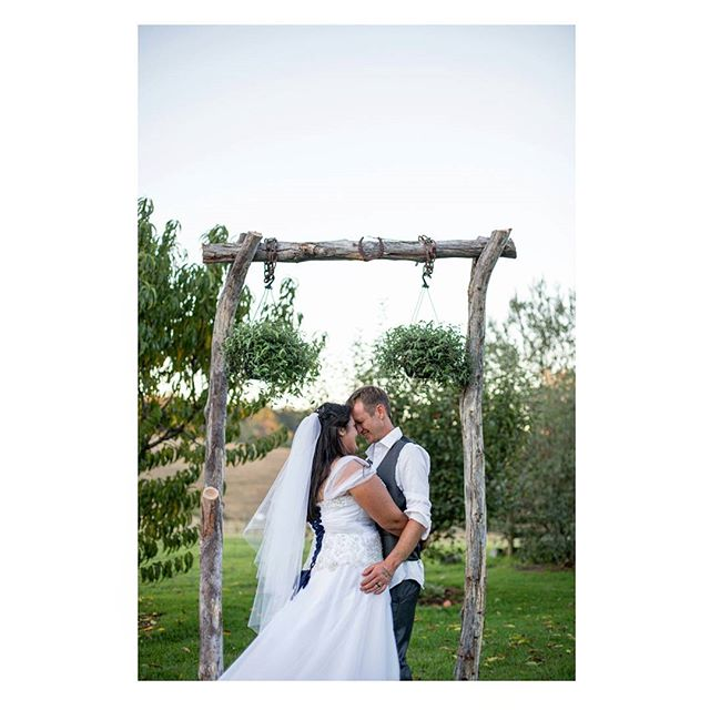 Congratulations Rosie & Lachlan, were still in love with that arbour Lachlan made with the horse shoe on top! 👌😍