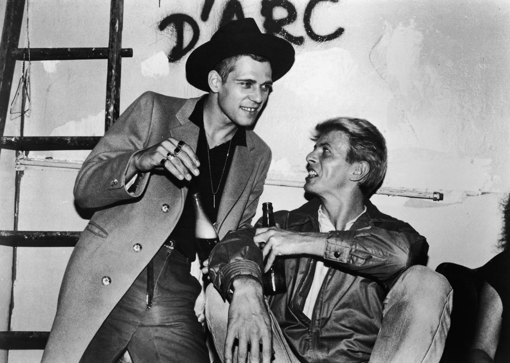 David Bowie (right) drinks backstage with Paul Simonon, circa 1982 Photo: Hulton Archive / Getty Images