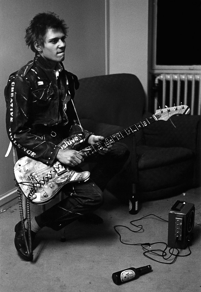 Paul Simonon backstage at a concert at the Royal College of Art (RCA) on November 5, 1976 Photo: Julian Yewdall / Getty Images
