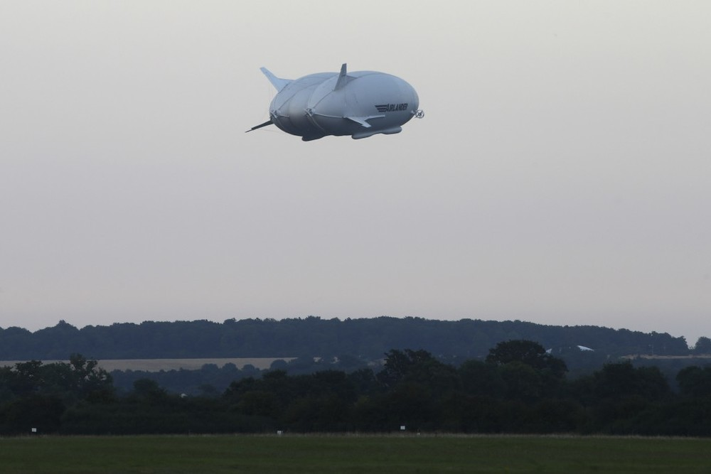 The Hybrid Air Vehicles HAV 304 Airlander 10 hybrid airship is seen in the air on its maiden flight from Cardington Airfield near Bedford, north of London, on August 17, 2016 © JUSTIN TALLIS / AFP