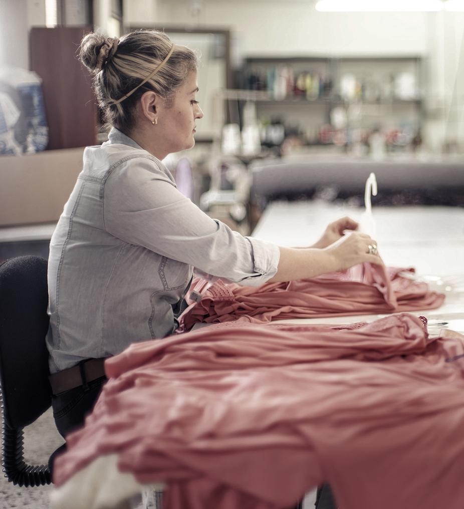 El portafolio de productos de nuestra compañía está conformado por prendas como camisetas,vestidos, pantalones,pijamas,ropa deportiva y multiusos.