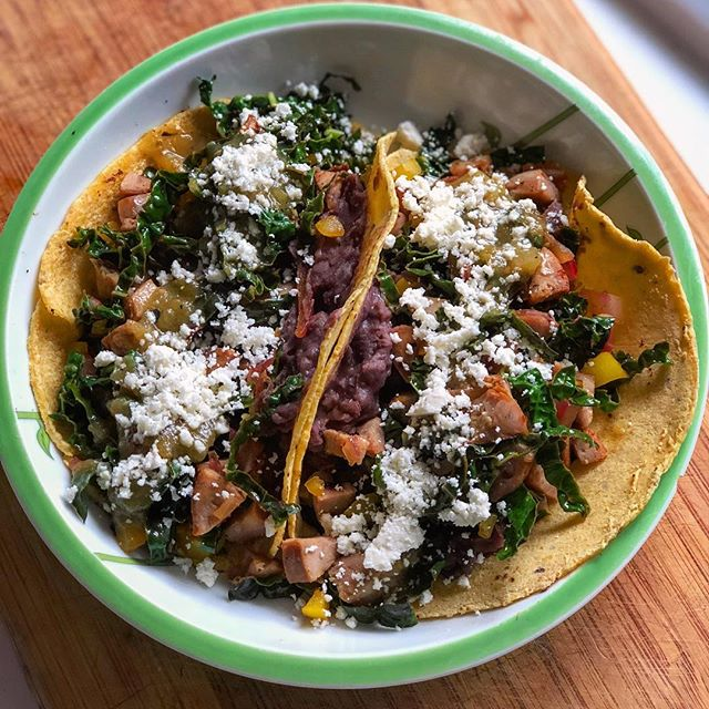 🎤 Testing, testing...anyone here still? Haven't posted 4+ months, thanks to a little social media detox 🧘🏼♀️ My entry back into IG is with breakfast tacos, naturally 💁🏼♀️🌮 Refried black beans on the bottom topped with kale, onion, bell pepper and chicken sausage sauté, tomatillo salsa and a little cojita cheese 👏🏼29P 50C 14F #myengineerednutrition #breakfasttacos #tacotime