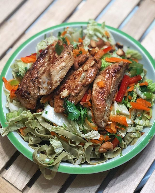 Asian Chicken Noodle Salad🥡was on the menu for dinner last night! Very happy this morning that I was thoughtful enough to make extras for lunch today 😉 🥢 Quick easy marinade of the chicken breast, cut first into tenders, in soy sauce, garlic and ginger. Started that marinading while I prepped the rest of the meal. 🥢 The base of this is a pile of edamame noodles I recently found at @wholefoods that I'm loving lately. One serving has 24g protein and 12g of fiber! 🙌🏼 🥢 I topped the noodles with a quick salad of Napa cabbage, shredded carrot, bell pepper, scallions and cilantro, all tossed in a quick dressing of orange juice, lemon juice, sesame oil and rice vinegar. 🥢 To finish it off I cooked my chicken in a cast iron skillet and toasted a few cashews for garnish! 70P 33C 22F #myengineerednutrition #lowcarb #asiansalad