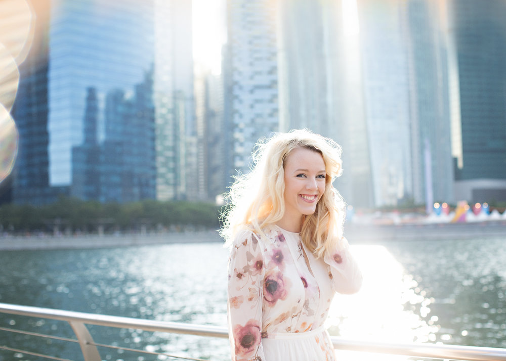 gorgeous-backlight-session-with-singapore-skyscrapers-in-background