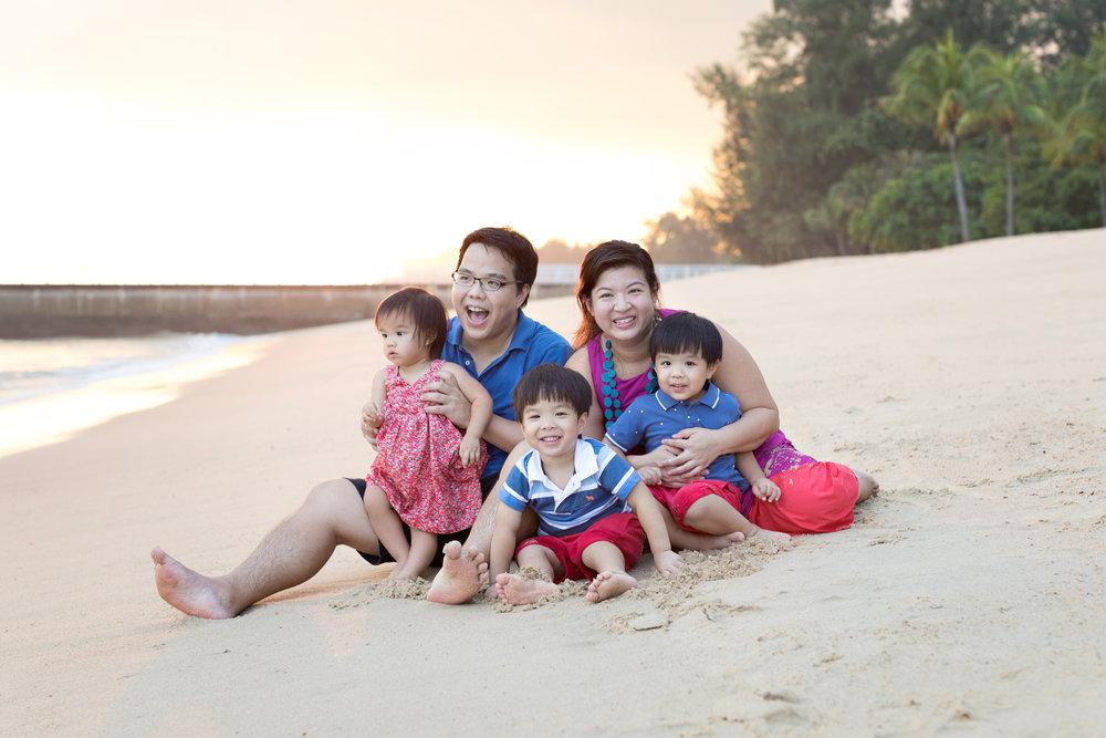 svensk fotograf i Singapore east coast beach family photoshoot natural smiles sunset over singapore cuddling family