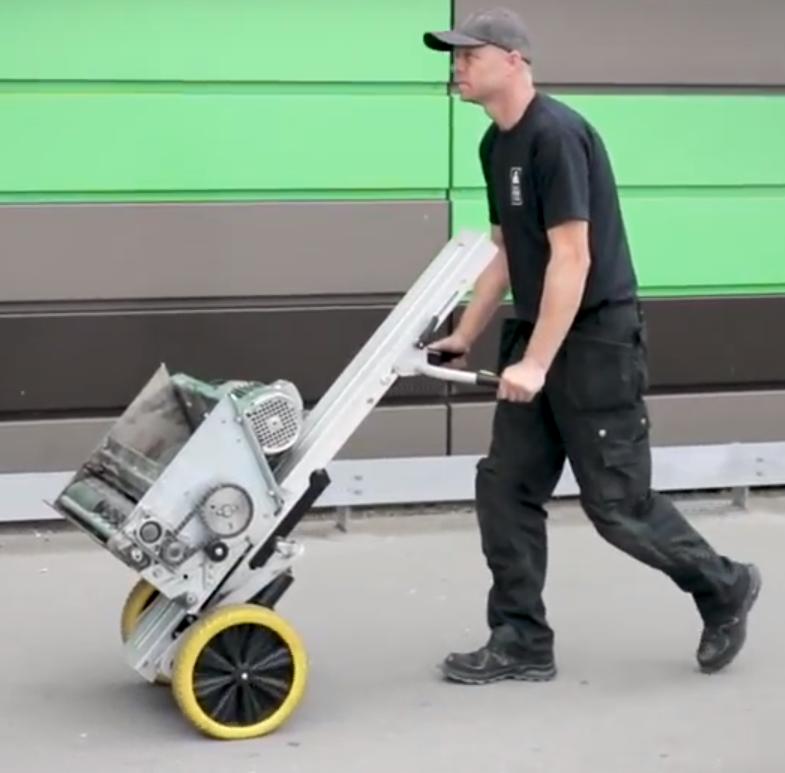 Servicering af pantmaskiner - Transport og håndtering af maskinens90 kilo tunge crusher-enhed.