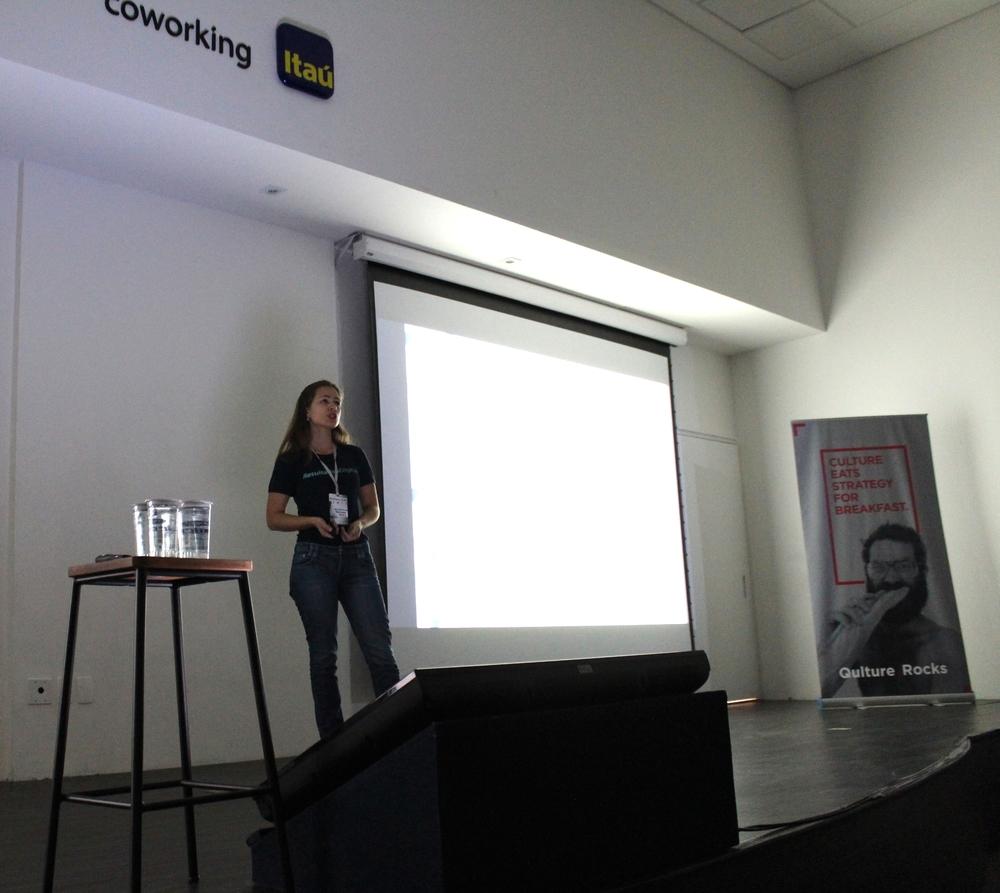 Ana Rezende, Diretora da Resultados Digitais, falando sobre recrutamento na Qulture.Con
