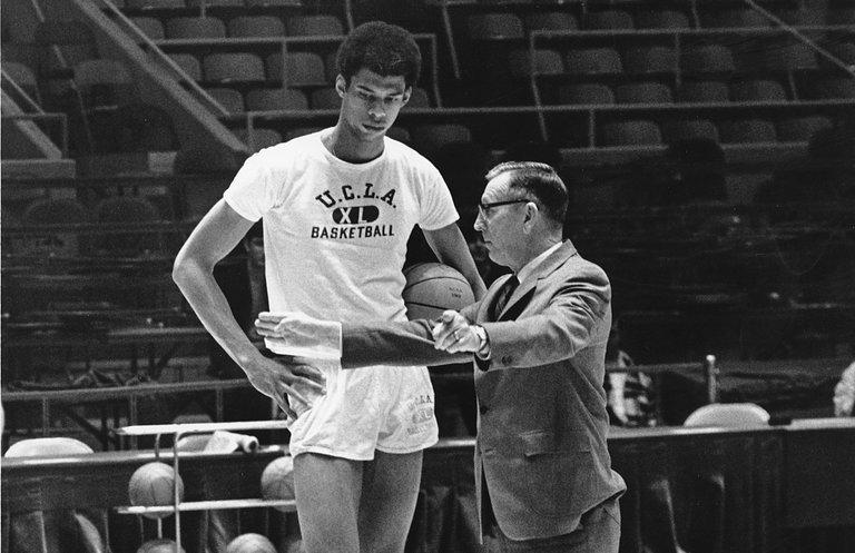 Lew Alcindor, que depois mudou seu nome para Kareem Abdul-Jabbar, com o técnico John Wooden em 1969. Fonte: NY Times.