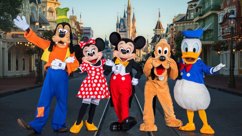 Foto promocional do parque da Disney, com os principais personagens. Fonte: Disney.